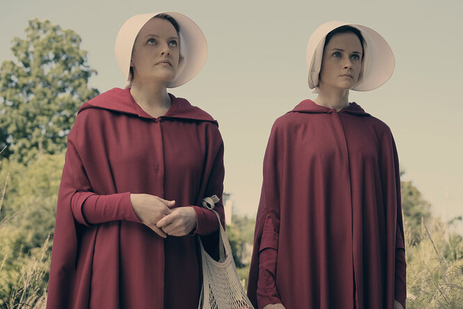 Кадр из сериала «Рассказ служанки»   2017- 2020 MGM Television Entertainment Inc. and Relentless Productions, LLC. THE HANDMAID'S TALE is a trademark of Metro-Goldwyn-Mayer Studios Inc. All Rights Reserved.