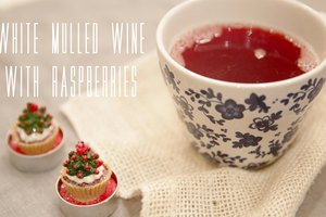 White mulled wine with raspberries
